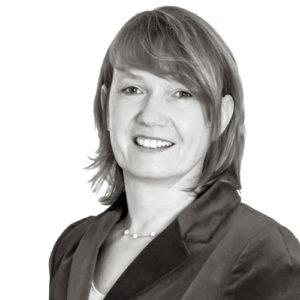 Portrait von Andrea Tackenberg in schwarz-weiß